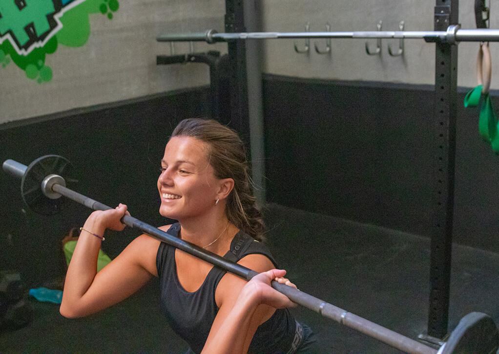 mujer divirtiéndose haciendo crossfit en Madrid